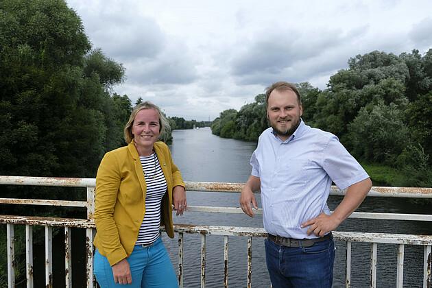 Franziska Reichel und Clemens Rostock auf einer Havelbrücke